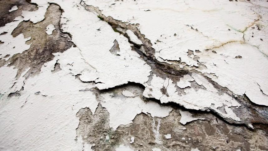 Двое учителей пострадали при провале бетонной плиты вшколе вАстрахани