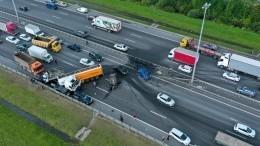 Один человек погиб вмассовом ДТП наКАД вЛенобласти, где бензовоз протаранил барьер