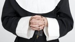 Видео: Тиктокерше, откровенно станцевавшей вкостюме монашки, разбили лицо