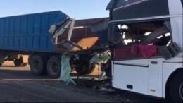 Видео: последствия смертельного ДТП спассажирским автобусом вКалмыкии