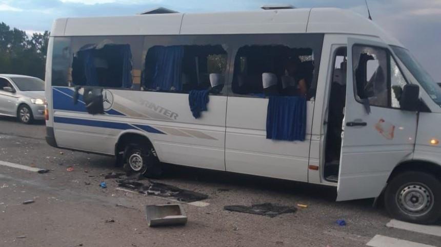 Видео: Под Харьковом неизвестные расстреляли автобус слюдьми