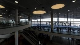 Самолет снеубранными шасси возвращается ваэропорт Самары