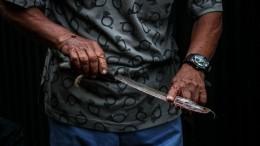 Шокирующие кадры: пьяный житель Омска напал смачете насемью сребенком