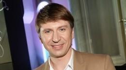Алексей Ягудин снакрашенными губами ивпарике пустился впляс— видео