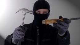 Видео: неизвестные смолотками разнесли иограбили ювелирный вПетербурге