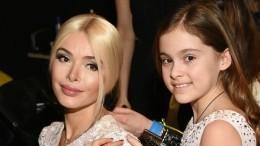 «Мыпросто заперли дверь»: Алена Кравец непустила рыдающую дочь вшколу