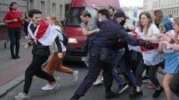 Всети появилось видео прорыва милицейского оцепления протестующими вМинске студентами