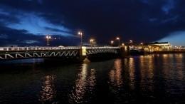 Дворцовый мост вПетербурге подсветили цветами муаровой ленты