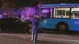 Видео сместа лобового столкновения рейсового автобуса иBMW вМоскве