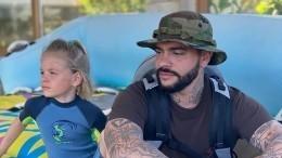«Волочкова отдыхает!»: дочь Тимати похвасталась отличной растяжкой