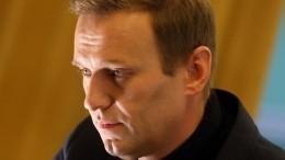 Навального вывели изкомы, заявили вклинике Charite