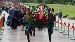 Прямая трансляция церемонии возложения цветов наПискаревском кладбище вПетербурге
