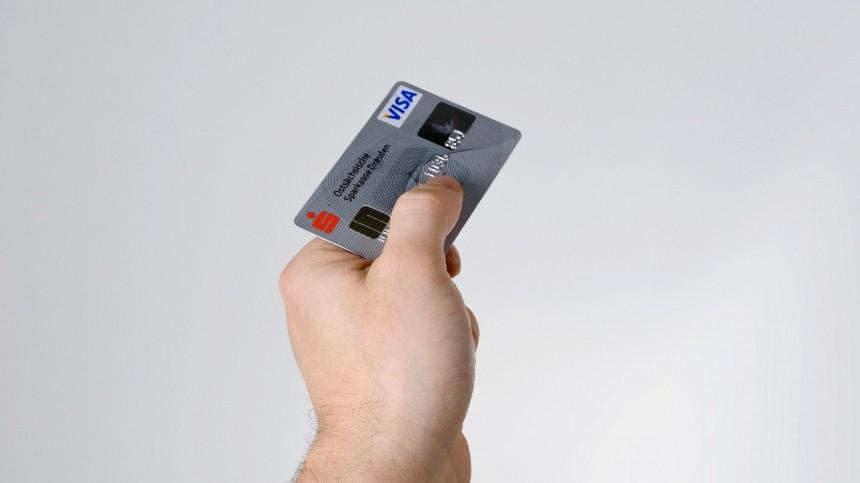 Россияне стали массово отказываться отбанковских карт
