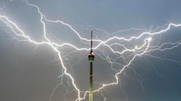Впечатляющие кадры: вТоронто молния несколько раз ударила вшпиль телебашни