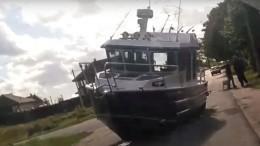 Видео: Корабль «сел намель» посреди дороги впоселке под Петербургом