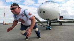 Мировой рекорд: силач протащил самолет на35 метров заполторы минуты