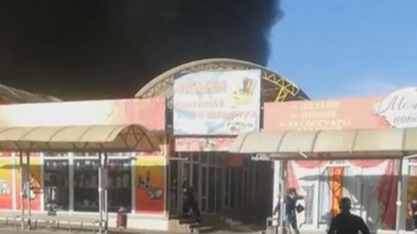 Спасатели эвакуировали людей изполыхающего рынка вШахтах— видео
