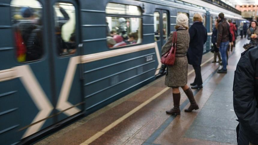 Человек попал под поезд вметро Петербурга