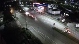 Неизвестный снес двух девушек назебре вПетрозаводске— видео момента