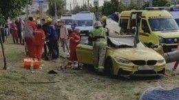 Видео: Дрифтер на«золотом» BMW снес столб вКраснодаре— погибли три человека