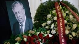 Михаила Борисова похоронили вгробу за200 тысяч рублей— видео