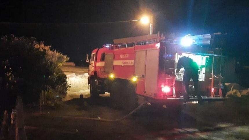 Видео: Мощный пожар охватил жилой дом вВолгоградской области