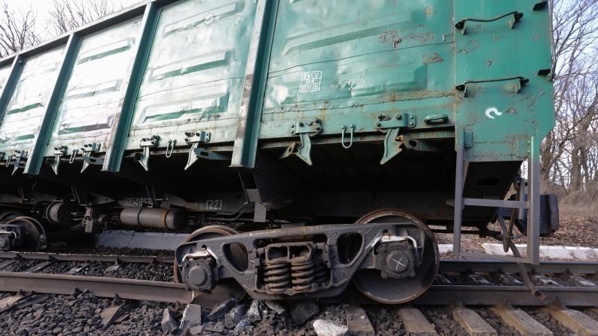 Товарный поезд сошел срельсов наУрале