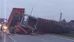 Видео: пешеходный мост рухнул наКАМАЗ под Екатеринбургом, водитель погиб