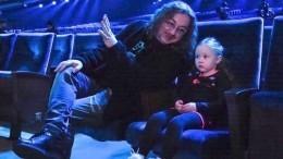 «Как главнокомандующий напараде»: младшая дочь Николаева зарулем Mercedes прокатила собаку