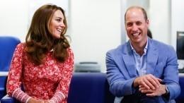 Принц Уильям иКейт Миддлтон показали всех своих троих детей— видео