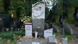 Вандалы разбили могилу знаменитой в1940-е годы актрисы Гаркуши иеемужа