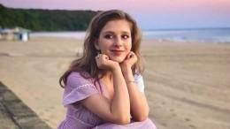 «Ножки— просто идеал»: Лиза Арзамасова удивила фанатов непривычным мини