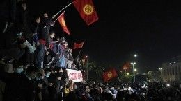 МВД Киргизии разгоняет протестующих вБишкеке— видео
