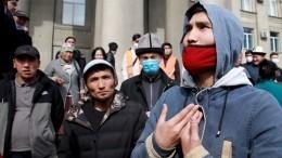 Встолице Киргизии наплощади вовремя митинга слышны выстрелы ивзрывы