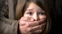 Видео: Мужчина набросился иначал целовать девочку угимназии под Калининградом