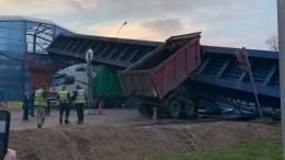 Момент обрушения пешеходного моста под Петербургом попал навидео