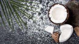 Смертельный трюк: мужчина сзавязанными глазами разбил 50 кокосов