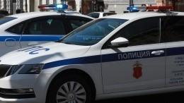 Видео: ВПетербурге подросток пробежал помашине ГИБДД ибросился удирать отполиции