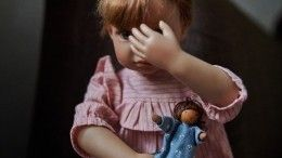 Малышку, которую чуть неубила родная мать, избили приемные родители вМоскве