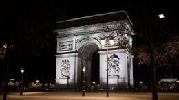 Прохожих эвакуировали возле Триумфальной арки вПариже из-за подозрительной сумки