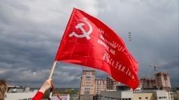 Полиция вКиеве попыталась помешать ветеранам развернуть знамя Победы