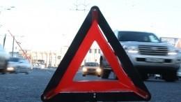 Момент, когда фура снесла линию электропередач вПетербурге, попал навидео