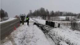 Рейсовый автобус вКемеровской области перевернулся иулетел вкювет
