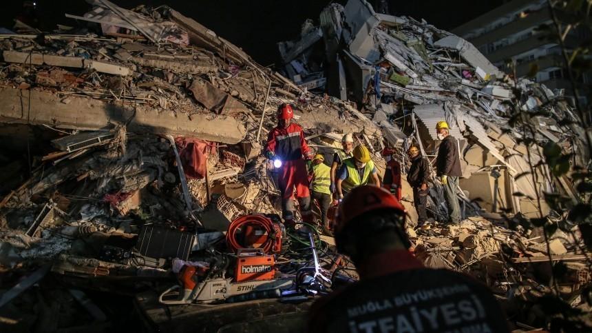 Трехлетнего ребенка нашли живым под завалами отземлетрясения вИзмире