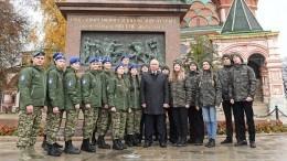 Владимир Путин возложил цветы кпамятнику Минину иПожарскому