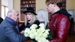 «Гений умер»— Пугачева иГалкин соболезнуют близким Жванецкого