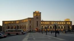 Видео: Народ громит здание правительства вАрмении