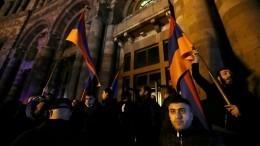 Демонстранты подошли кдому Пашиняна вЕреване— видео