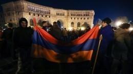 Видео: протестующие заняли трибуну парламента Армении