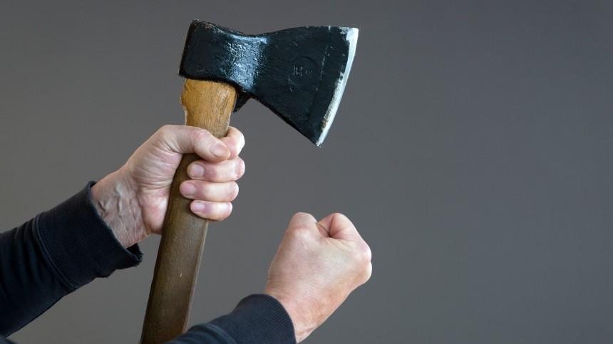 Брошенный муж изрубил женщине руки топором— жуткие кадры18+